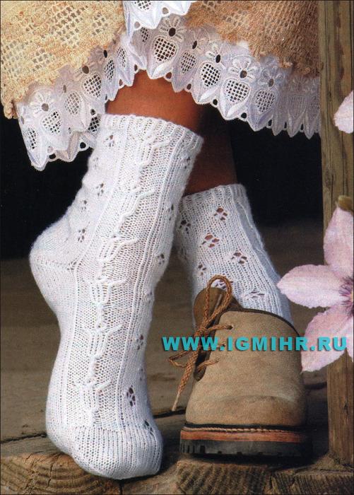 Белые носки с ажурным узором с тюльпанами. Спицы