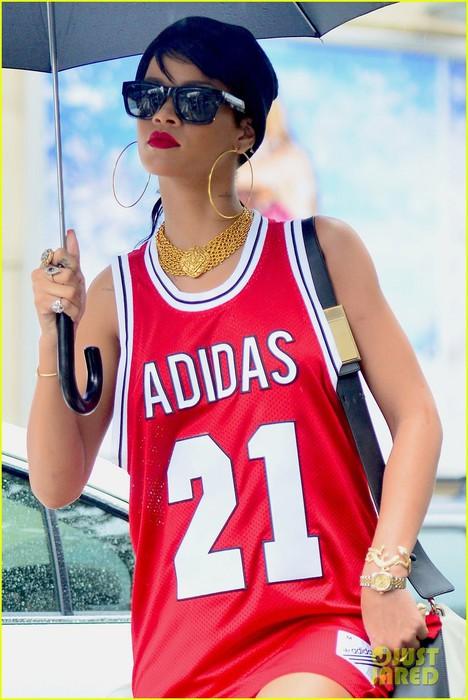 rihanna-wears-basketball-jersey-dress-in-rainy-nyc-02 (468x700, 91Kb)
