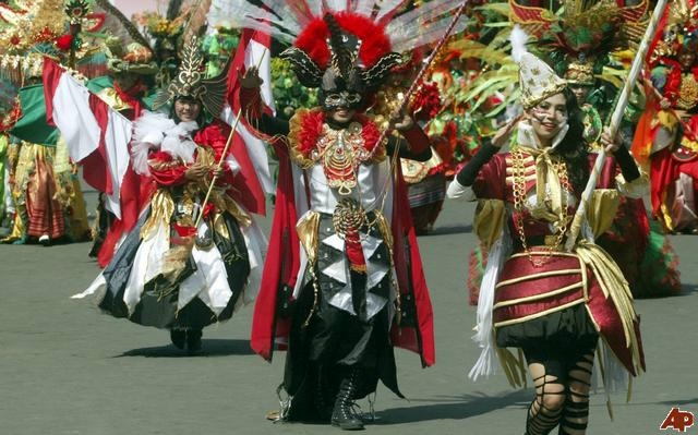 карнавал моды в джамбере Jember Fashion Carnaval 5 (640x399, 159Kb)
