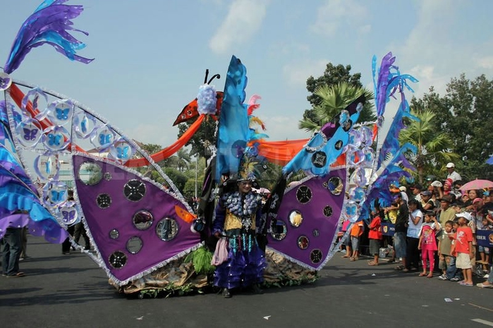 карнавал моды в джамбере Jember Fashion Carnaval 10 (700x466, 251Kb)