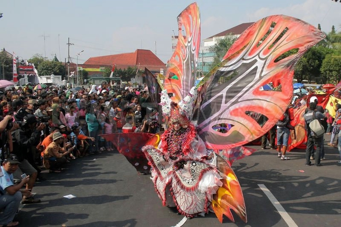 карнавал моды в джамбере Jember Fashion Carnaval 12 (700x466, 263Kb)