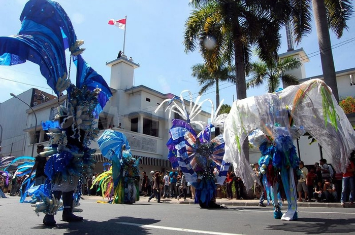 карнавал моды в джамбере Jember Fashion Carnaval 14 (700x464, 282Kb)
