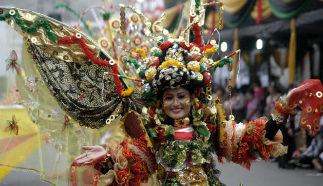 карнавал моды в джамбере Jember Fashion Carnaval 16 (663x382, 140Kb)