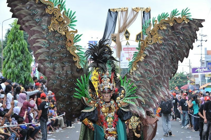 карнавал моды в джамбере Jember Fashion Carnaval 20 (700x465, 311Kb)