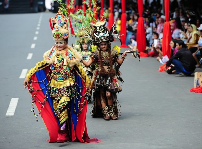 карнавал моды в джамбере Jember Fashion Carnaval 22 (700x517, 192Kb)
