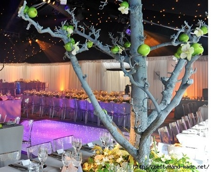 interior-of-wedding-decorated-with-apple-tree-435x353 (435x353, 142Kb)