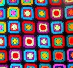 Вяжи себе квадраты, соединяй в единое целое - пестрое полотно, и получается в результате очень даже нужная и...
