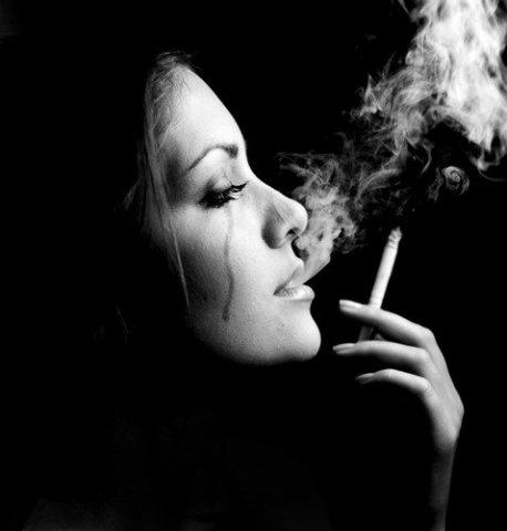 Женщина курит и плачет (458x480, 21Kb)