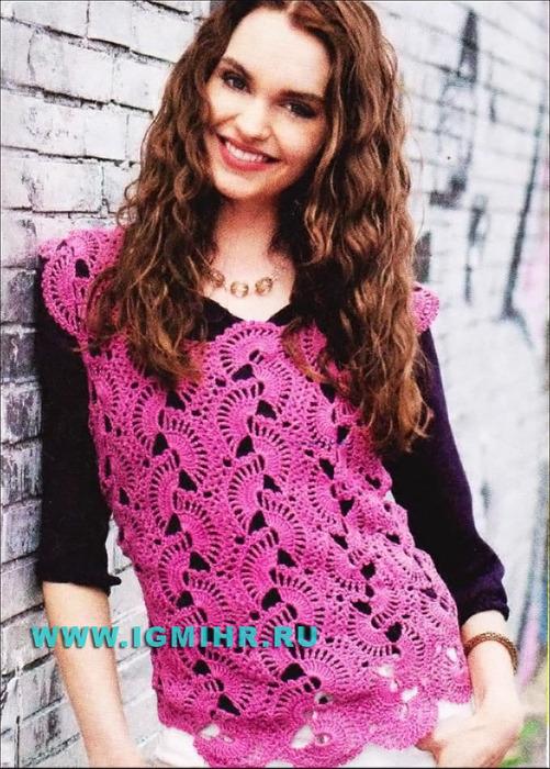 Малиновый пуловер, выполненный из полос с веерами. Крючок