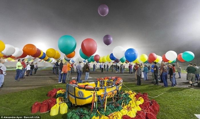 Jonathan Trappe на воздушных шарах фото 6 (700x418, 242Kb)