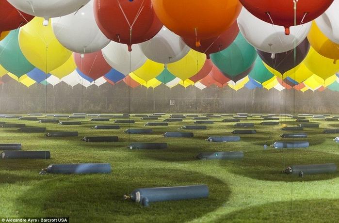 Jonathan Trappe на воздушных шарах фото 7 (700x460, 253Kb)