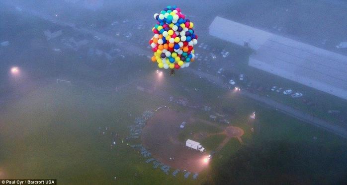 Jonathan Trappe на воздушных шарах фото 11 (700x373, 185Kb)