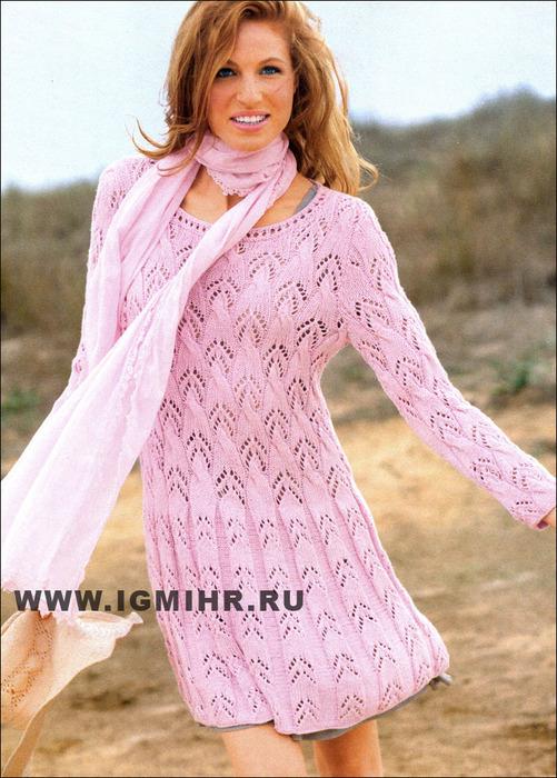 Женственное розовое платье летящего силуэта с выразительными ажурными узорами. Спицы
