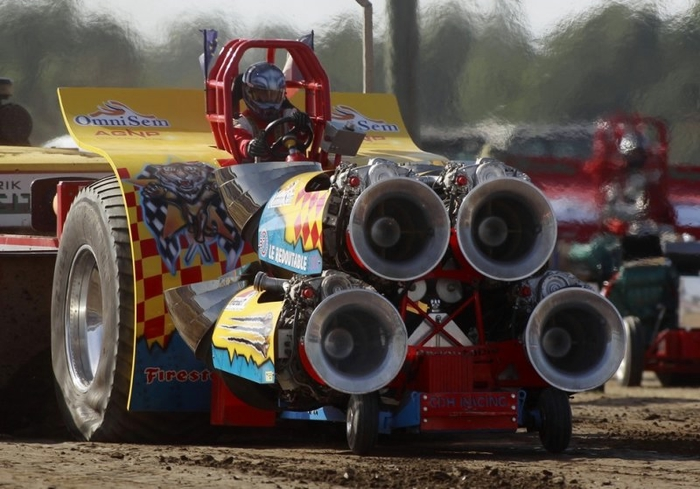 гонки на тракторах фото 1 (700x489, 241Kb)