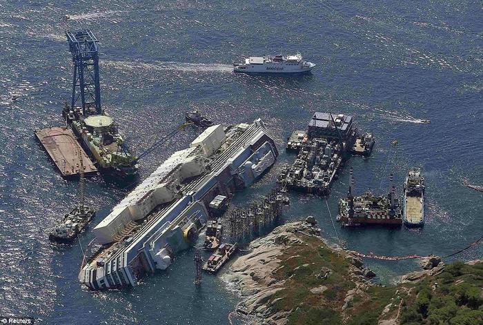 подъем круизного лайнера Costa Concordia фото (700x471, 337Kb)