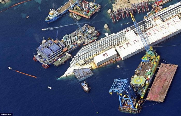 подъем круизного лайнера Costa Concordia фото 2 (700x450, 263Kb)