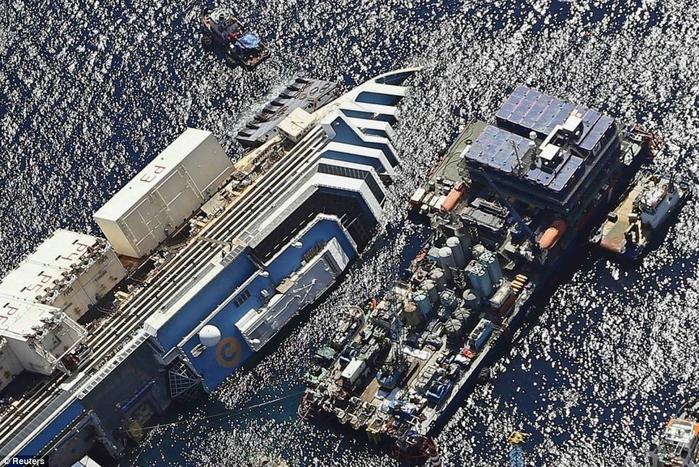 подъем круизного лайнера Costa Concordia фото 3 (700x467, 367Kb)