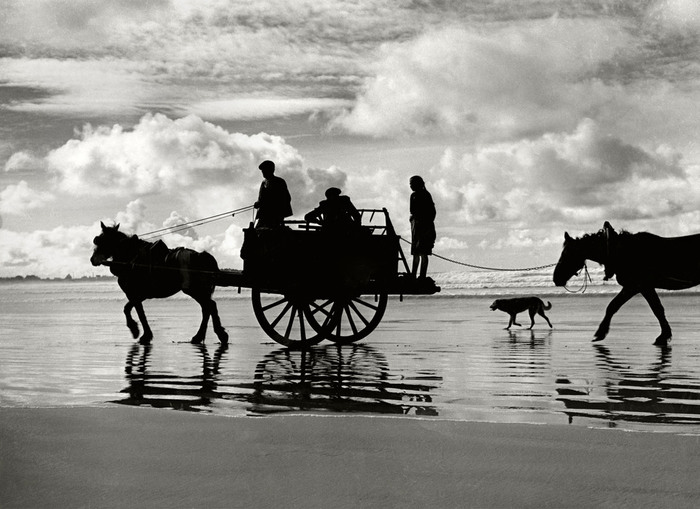 5187787_Brittany__Silhouettes_during_low_tide_on_the_beach_of_Finistere_Frans_ca_1956_Herbert_List_ (700x509, 95Kb)