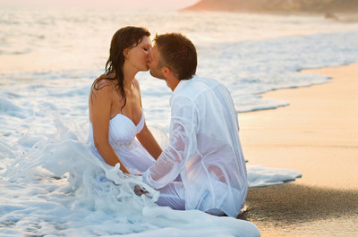 beach-couple-love-wedding-weddingdress-Favim.com-48830 (400x265, 47Kb)