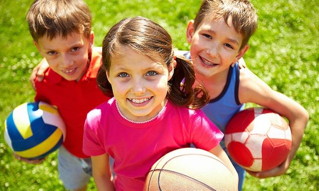Детские игры на улице с мячом.