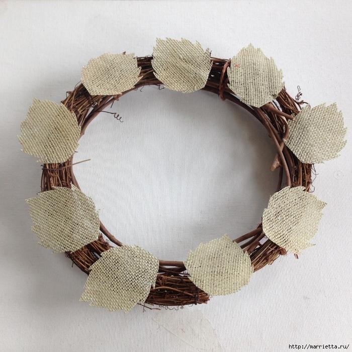 Нежный венок с цветочками из мешковины (6) (700x700, 381Kb)