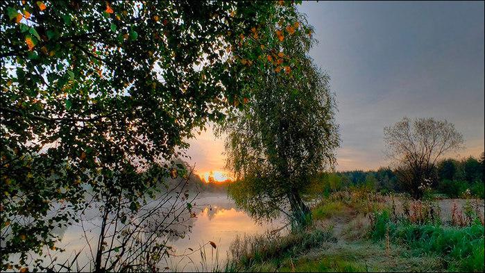 Осенний рассвет над озером/3673959_7 (700x393, 144Kb)
