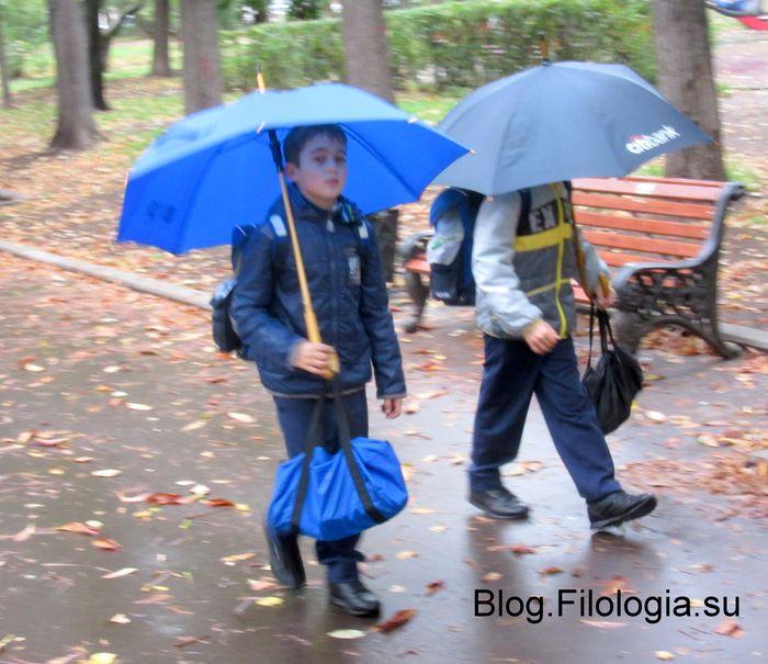 Двое школьников под зонтами идут по осенней аллее с желтыми листьями./3241858_deti00 (700x605, 74Kb)