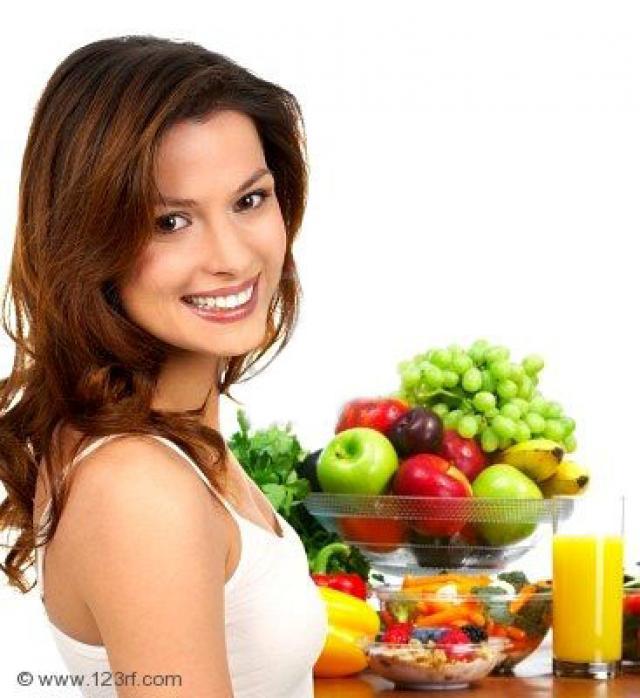 4823406-joven-sonriente-mujer-con-frutas-y-verduras-m-s-de-fondo-blanco (640x698, 53Kb)