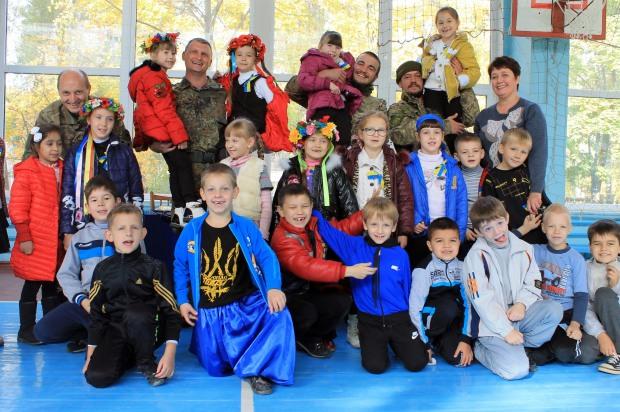 Сьогодні свято – День захисника України. Всюди гасла, плакати та стенди майорять!