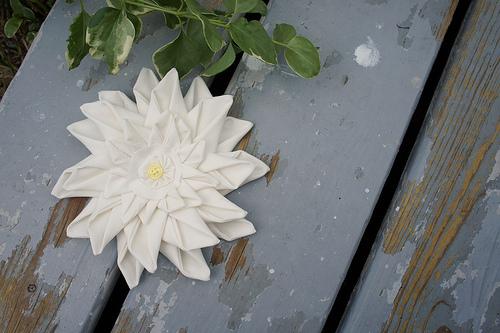 Цветок из ткани для декора подушки (3) (500x333, 203Kb)