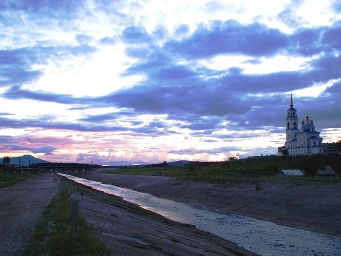 Вагран в бетонных берегах (700x525, 290Kb)