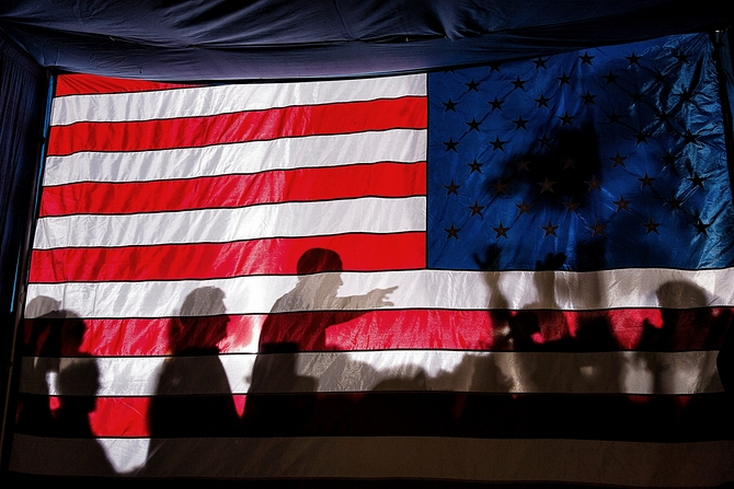 1459783676_barack_obama_silhouetted_behind_flag_in_dubuque_s865865 (670x447, 346Kb)