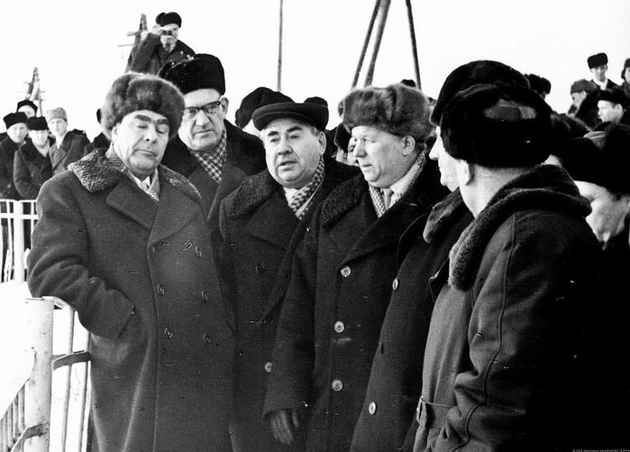 1966 год, Братская ГЭС - Л.И. Брежнев, А.В. Гриценко, И.И. Наймушин, С.Н. Щетинин, В.Ф. Мальцев (Фото из семейного архива С.Н.Щетинина) (700x501, 101Kb)