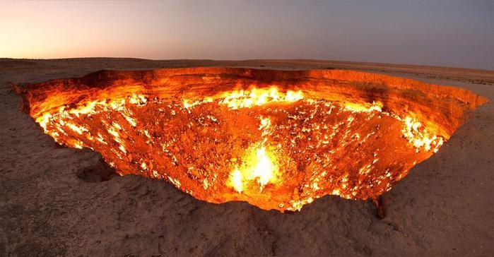 4. В Ахалском велаяте в Туркмении расположено место с устрашающим названием «дверь в ад». С 1971 года здесь постоянно горит природный газ (700x364, 47Kb)