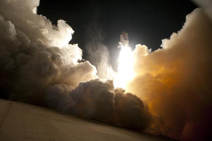 13. Космический шаттл «Индевор» стартует в ночное время суток (700x465, 22Kb)