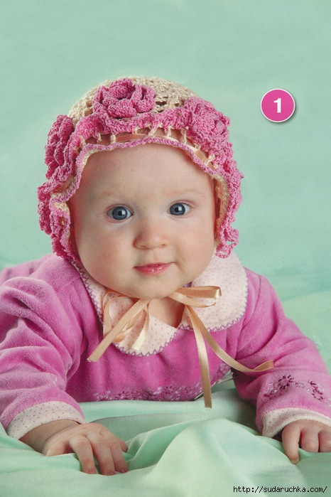 Автор.  Шапочка для малышки с нежными розочками, связанная крючком.