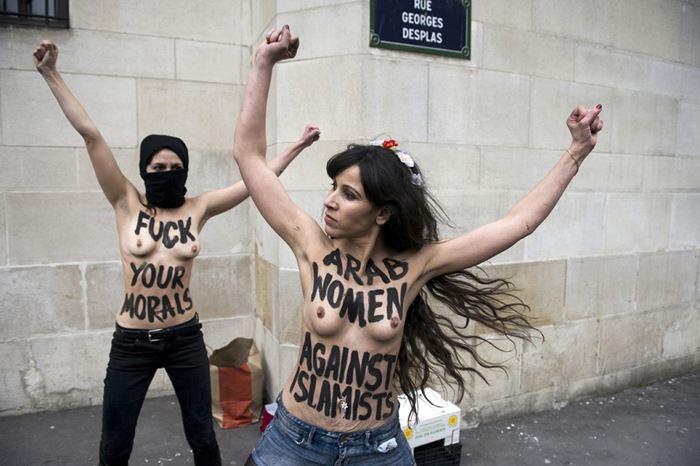 Fuck your morals! Обнaженная акция уБольшой мечети вПариже