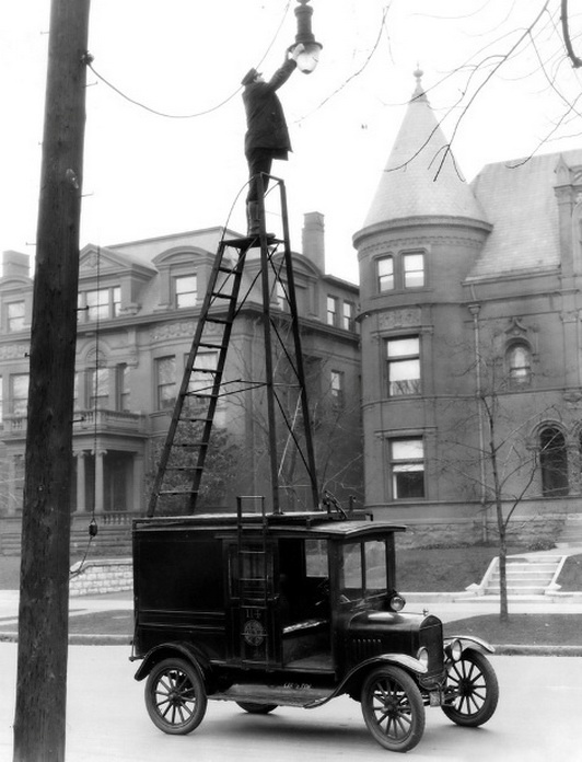 Changing street lamps 1910's style. (532x696, 115Kb)