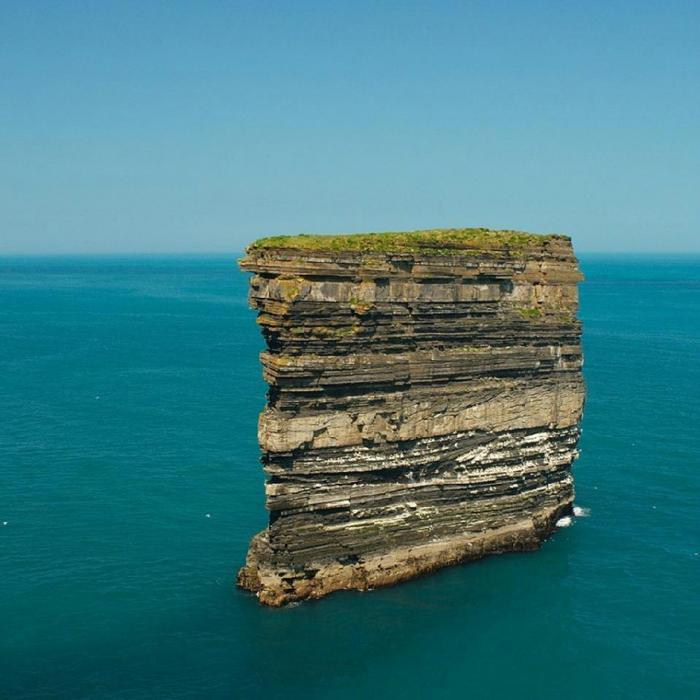 Скала Dan Bristy высотой в 50 метров находится в 80 метрах от берега на берегу Атлантики в Ирландии. Эта скала пользуется популярностью у орнитологов из за того что каждый год тут гнездятся миллионы птиц (700x700, 380Kb)