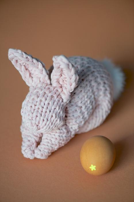 Кролик пасхальный вязаный