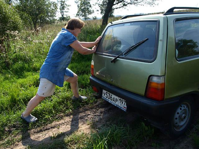 Таня толкает машину (640x480, 91Kb)