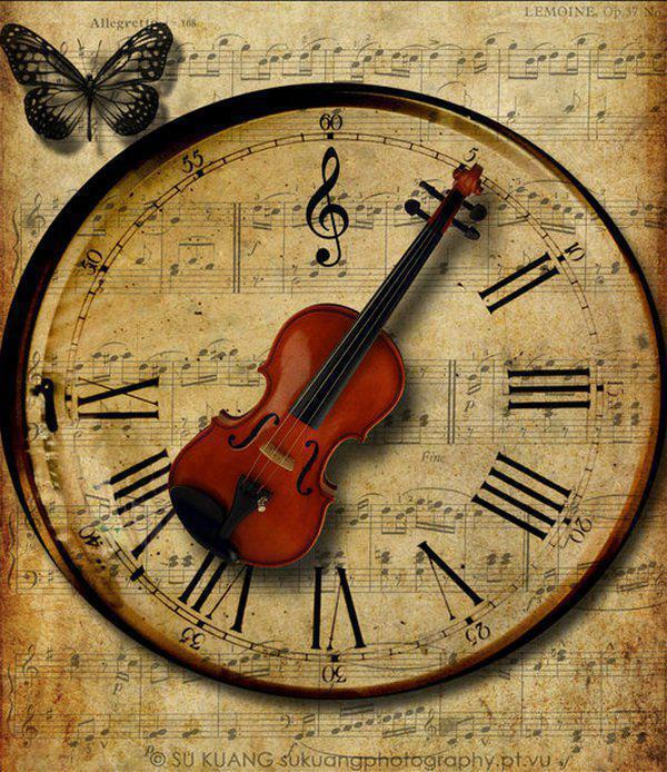 Часы со скрипкой вместо стрелки и бабочка, все изображено на старом нотном листе. zmeiy.