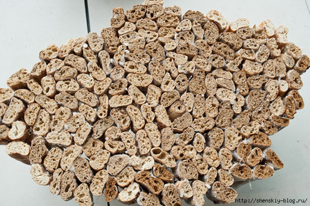 Table-Created-Entirely-Of-Dried-Out-French-Bread-2-620x412 (620x412, 281Kb)