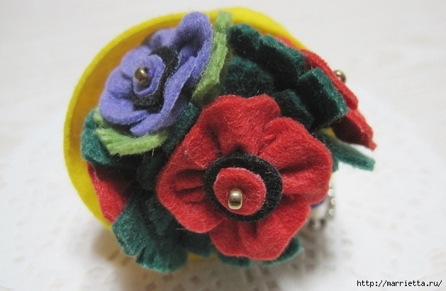 Маленький букетик цветов из фетра. Сувенирный брелок (4) (629x411, 132Kb)