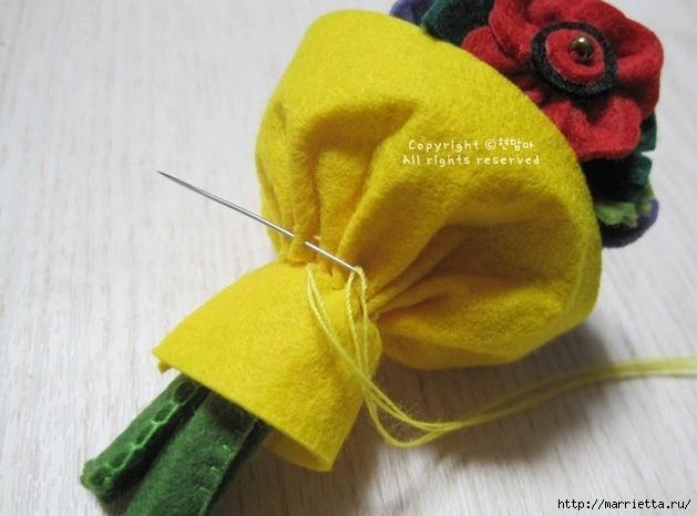 Маленький букетик цветов из фетра. Сувенирный брелок (24) (629x466, 157Kb)
