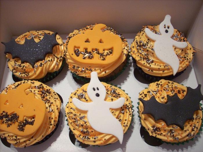 Bat-Ghost-and-Pumpkin-Halloween-Cupcakes-1024x768 (700x525, 437Kb)