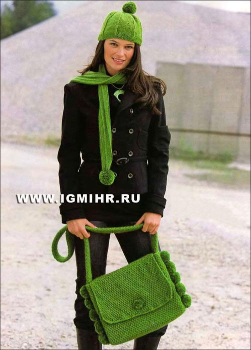 Комплект с зеленых тонах: шапочка, шарф и сумка с помпонами. Спицы