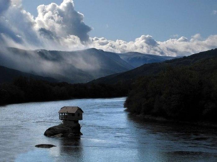 дом на середине реки (700x524, 58Kb)