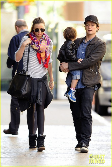 orlando-bloom-miranda-kerr-downtown-stroll-with-flynn-03 (469x700, 88Kb)