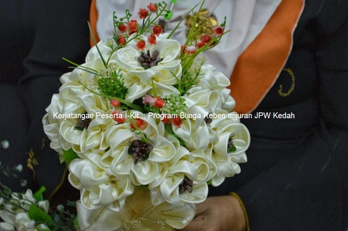 Цветы из лент и ткани. Красивые букеты (12) (700x465, 237Kb)